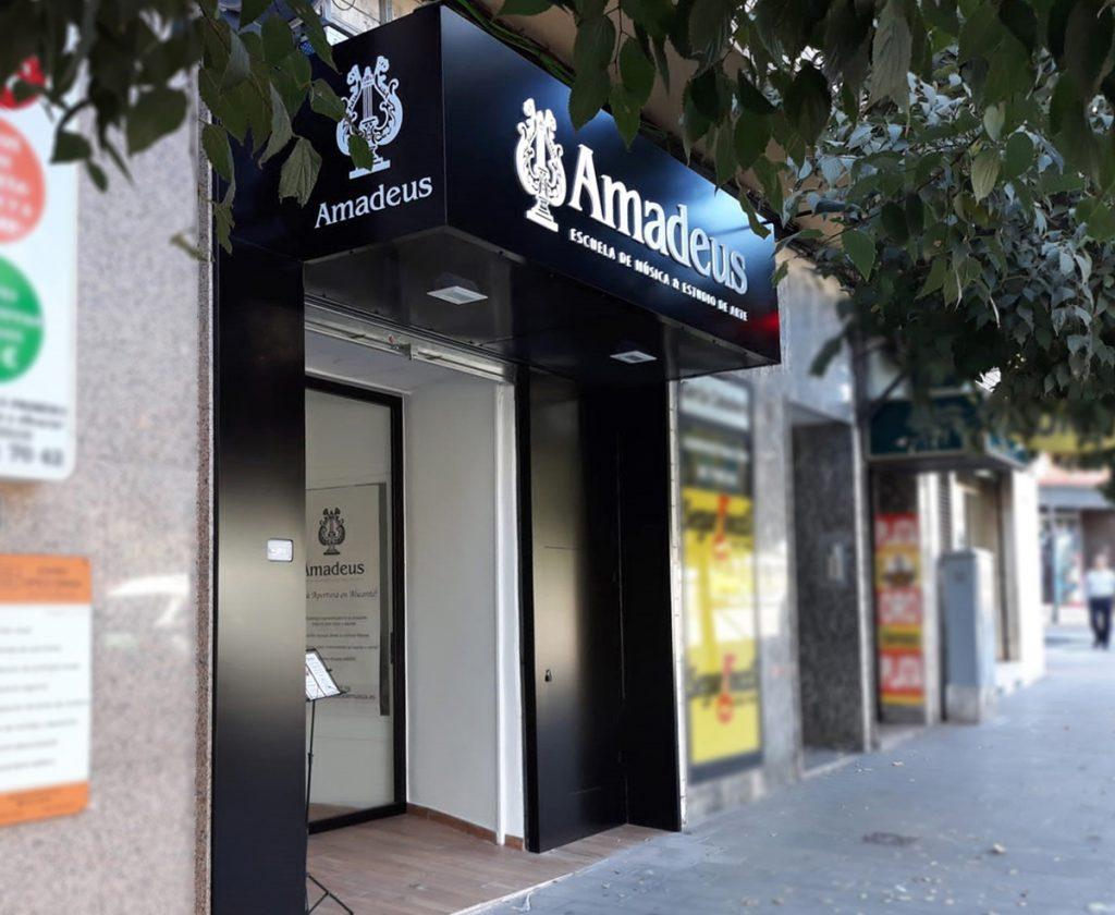 Fachada Escuela Amadeus en Alicante